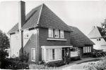 Gijsbertje Bout-Veerman eind jaren '60 bij de voordeur van haar woonhuis aan de Ceintuurbaan 34.