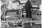Afwerking van drukwerk eind jaren '60 met rechts een elektronische snijmachine en links een elektronische vouwmachine.